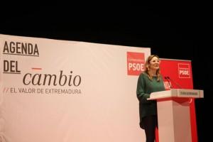 Nuria Candlija, presentadora del acto y candidata del PSOE en Usagre